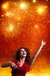 junge Frau tanzt vor Feuerwerk