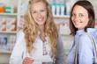 lächelnde kundin kauft in der apotheke