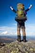 Bergsteiger mit Rucksack auf dem Gipfel