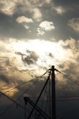 夕日に浮かぶ漁船のマスト