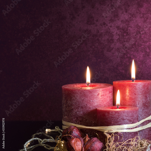 Trzy świece w kolorze fioletowym