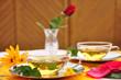 Gedeckter Tisch mit Teegläsern