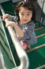 階段で見上げる女の子