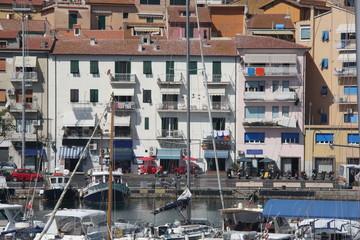 Häuserfront im Hafen von Porto Santo Stefano, Toscana