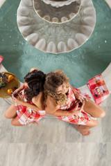 Wellness - Zwei Frauen im Ruheraum entspannen sich