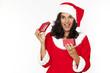 Frau öffnet ein Geschenk an Weihnachten