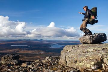 Wanderer mit Trekkingrucksack im Gleichgewicht