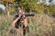Jäger mit Fernglas, Waffe und Basecap