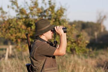 Jäger mit Fernglas