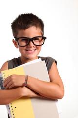 bambino sorridente con quaderni