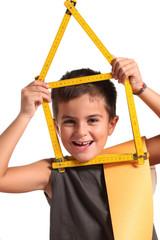 bambino allegro con metro a forma di casa