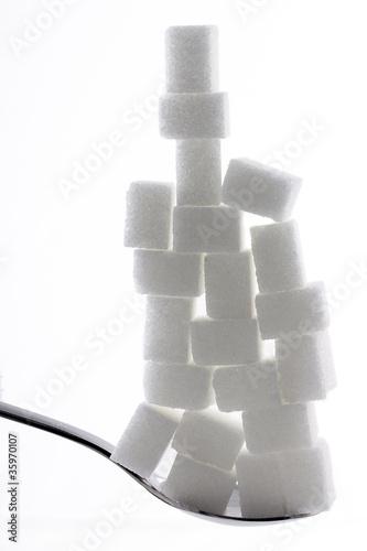 21 Zuckerwürfel gestapelt auf einem Löffel