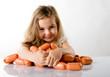 Kind mit Wurst spielen