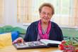 Senioren blättert in einem Fotoalbum