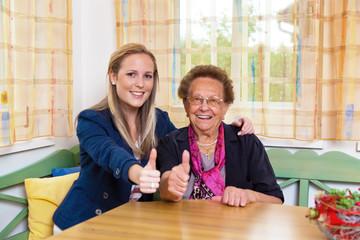 Enkel besucht Großmutter