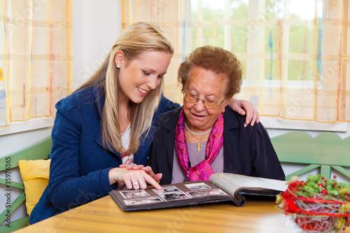 Enkel besucht Großmutter - 35976365
