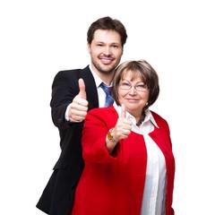 junger Geschäftsmann und ältere Frau zeigen Top-Daumen