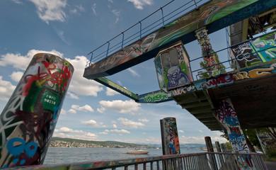 graffiti in riva al lago