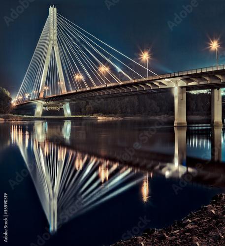 Nocny widok na nowy most Świętokrzyski w Warszawie.