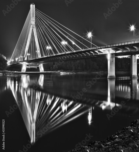 nocny-widok-nowego-bridgera-swietokrzyskiego-w-warszawie