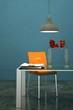Wohndesign - Esstisch mit orangenem Stuhl
