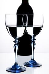 kadehler ve şarap şişesi