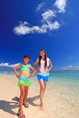 水納島の砂浜でストレッチをする親子