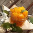 Gelbes Obst im Einmachglas