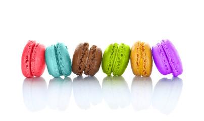 Macarons multicolores alignés, fond blanc