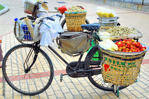 China Xiamen, bicycle fruit shop