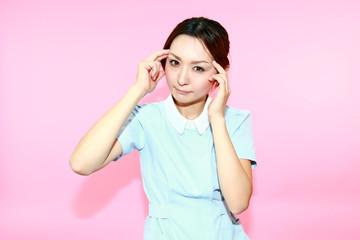 頭痛に悩む看護士