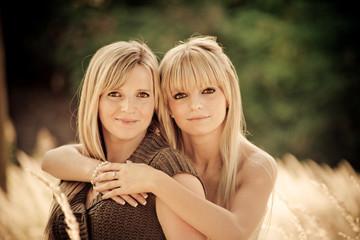 portrait de deux soeurs blondes