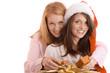 Zwei Freundinnen mit Weihnachtsgeschenken