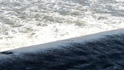 herabfallendes Wasser an Staustufe