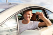 Mann hält Autoschlüssel aus dem Auto