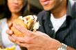 Mann im Restaurant isst Hamburger