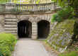 Tunnel und Säulen unterqueren eine Strasse