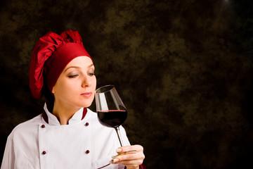Chef - Somelier con calice di vino rosso