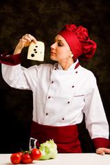 Chef che esamina il formaggio