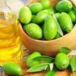 Olivenöl , frische Oliven
