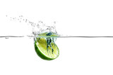 Halbe Limette fällt spritzend ins Wasser - 36108305
