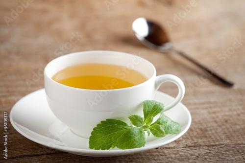 Teetasse mit Steviablättern