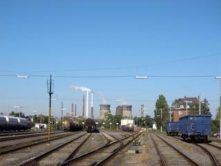 Schienen und Kraftwerk
