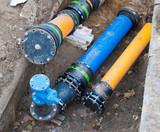 Gas- und Wasserrohre in einer Baugrube