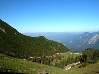 Blick vom Fahrenberg am Walchensee auf das umliegende Bergland