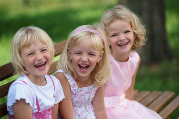 mädchen blond lachend rosa kleider bank wiese