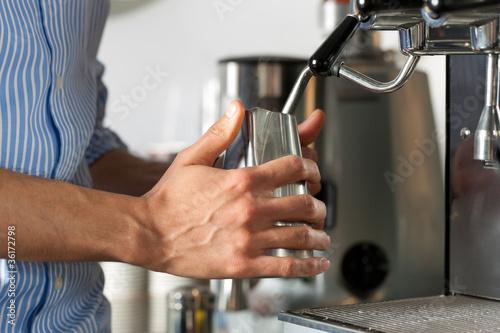 Barista macht Cappuccino im Cafe