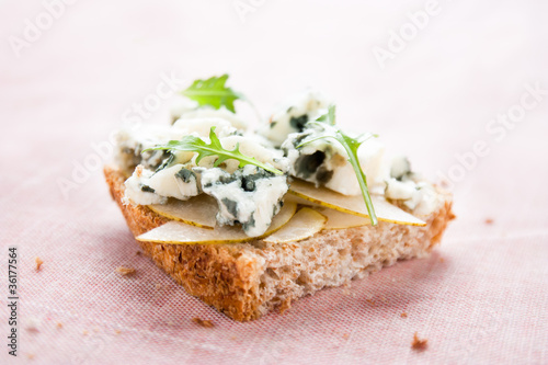 Toast with pear, blue cheese and arugula