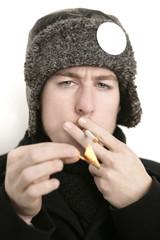 raucher mit mütze und streichholz