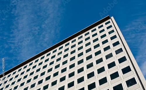 Grosses Gebäude mit vielen identischen Fenstern